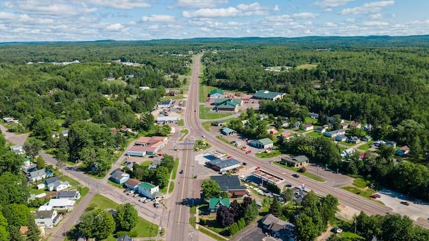 Belle vue aérienne d'un village balnéaire par une journée d'été ensoleillée
