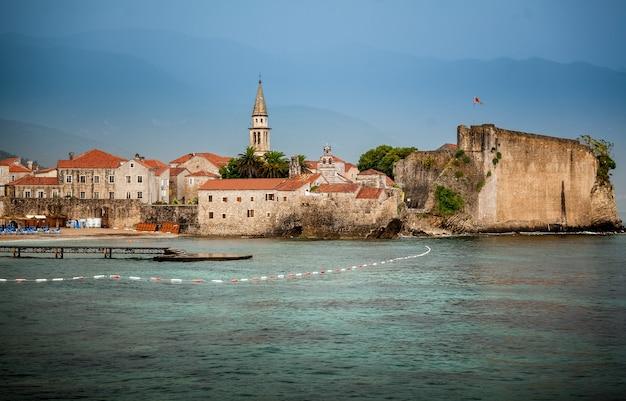Belle vue sur l'ancienne ville balnéaire avec de hauts murs en pierre