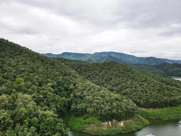 Belle vue sur le barrage de mae ngad, composé de montagnes, de rivière et de ciel