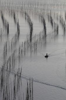 Belle vue sur le bateau de pêche dans l'océan pendant la journée à xia pu, chine
