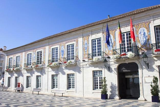 Belle vue sur le bâtiment municipal par une journée ensoleillée. architecture traditionnelle. cascais. le portugal.