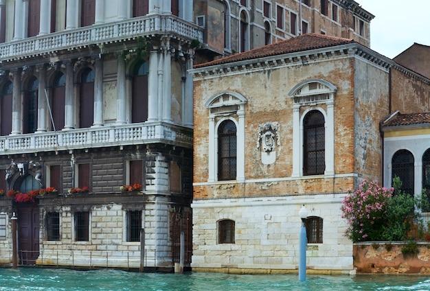 Belle vue sur le canal vénitien d'été, venise, italie