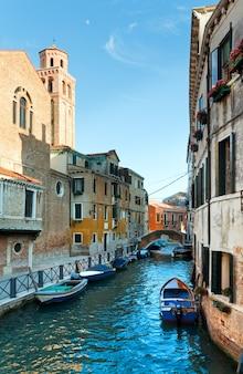 Belle vue sur le canal vénitien d'été