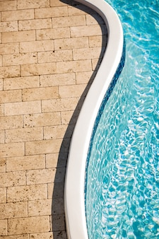 Belle vue sur les carreaux de pierre et la piscine
