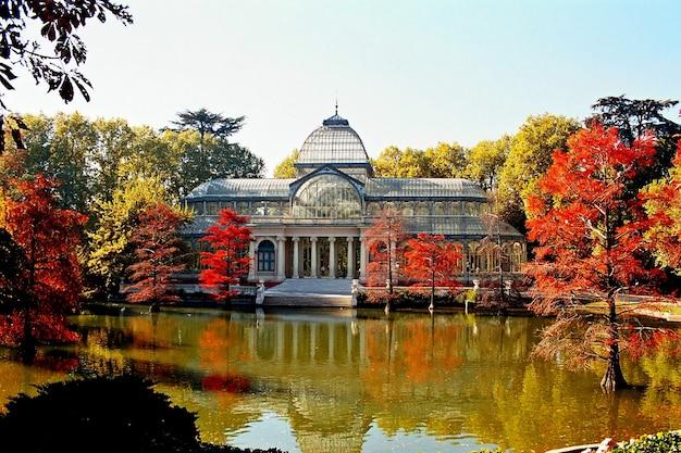 Belle vue sur le célèbre palais de cristal en automne