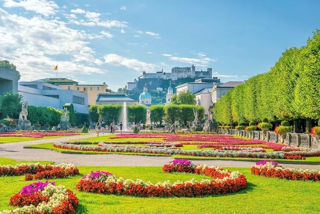 Belle vue sur les célèbres jardins mirabell avec l'ancienne forteresse historique hohensalzburg en arrière-plan, salzbourg en autriche