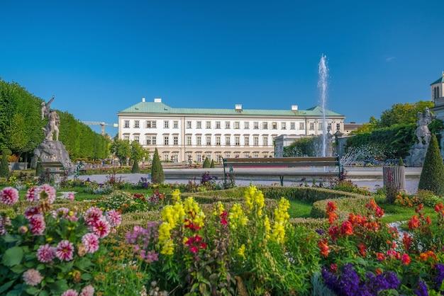 Belle vue sur les célèbres jardins mirabell, salzbourg en autriche
