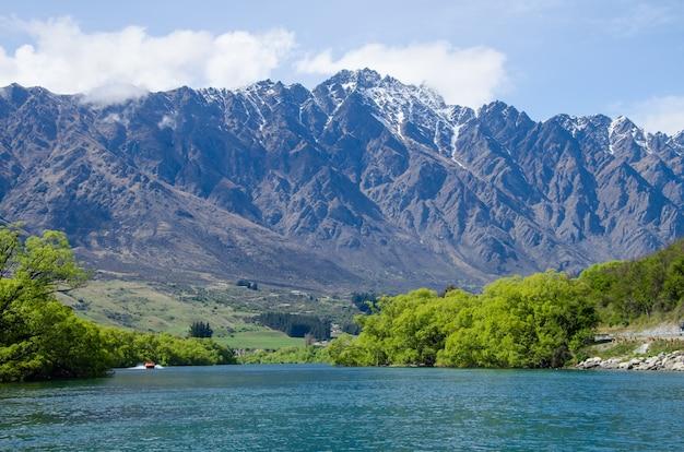 Belle vue sur la chaîne de montagnes the remarkables à queenstown, nouvelle-zélande