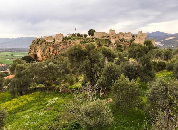 Belle vue sur le château de becin milas turquie au printemps