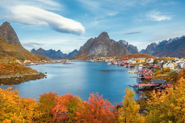 Belle vue colorée du paysage de reine dans les îles lofoten