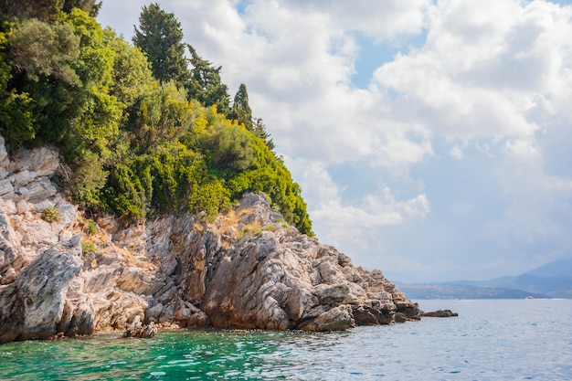 Belle vue sur la côte rocheuse et le cristal