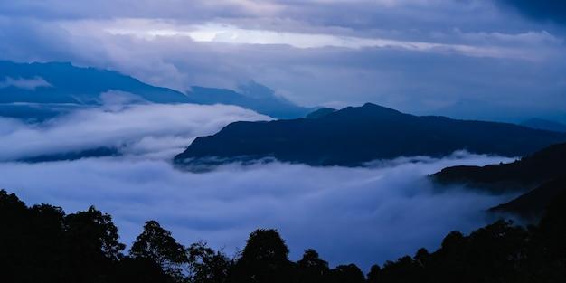 Belle vue sur le coucher de soleil sur la chaîne de montagnes couverte de nuages. concept d'activité de trekking et de randonnée. stock photo de paysage.