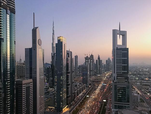 Belle vue coucher de soleil avec un ciel violet dubaï, émirats arabes unis