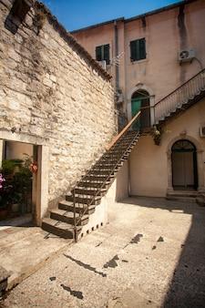 Belle vue sur la cour avec escalier en pierre aux beaux jours