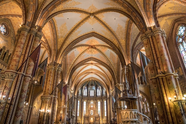 Belle vue sur la décoration intérieure du bastion des pêcheurs à budapest, hongrie
