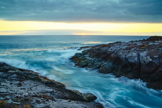 Belle vue depuis la falaise de montagne vers l'océan avec ciel bleu et nuages