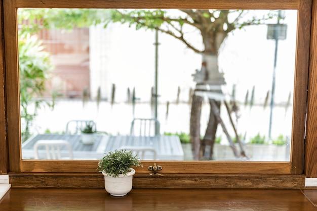 Belle vue depuis la fenêtre d'un café