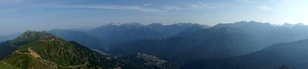 Belle vue depuis le sommet de la montagne du pilier noir, krasnaya polyana