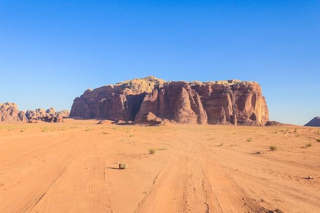 Belle Vue Sur Le Désert De Wadi Rum Dans Le Royaume Hachémite De Jordanie, également Connu Sous Le Nom De Vallée De La Lune. Photo Premium