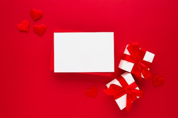 Belle vue de dessus de la carte de voeux vide pour la saint-valentin sur rouge