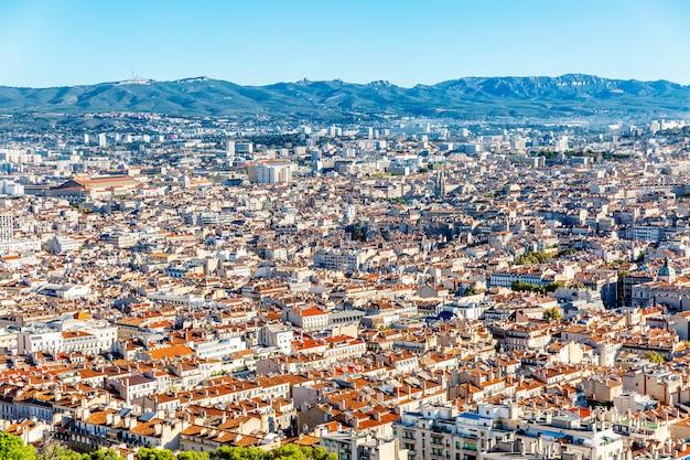 Belle vue de dessus de marseille. paysage urbain magnifique par une journée ensoleillée.