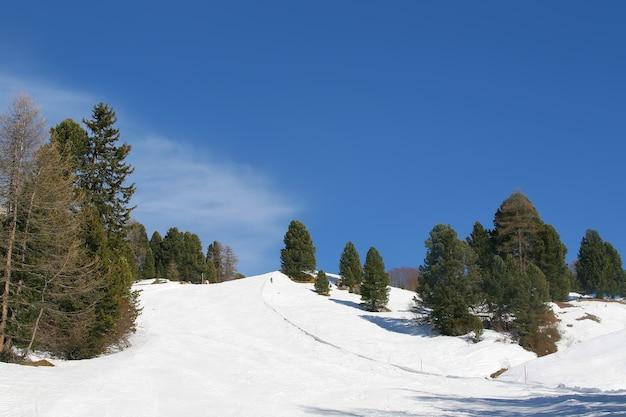 Belle vue sur le domaine skiable en montagne