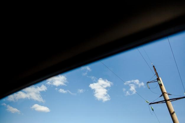 Belle vue du ciel bleu depuis la fenêtre de la voiture