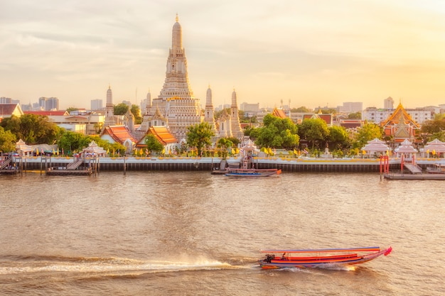 Belle vue du temple wat arun au coucher du soleil à bangkok, thaïlande