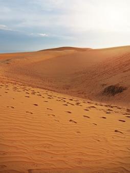 Belle vue sur les dunes de sable rouge avec fond de texture empreintes.