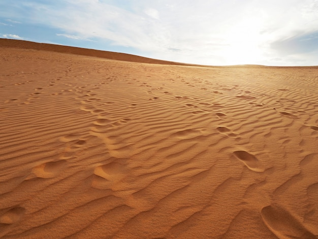 Belle vue sur les dunes de sable avec une texture d'impression. empreinte de pas sur dune de sable.
