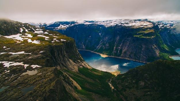 Belle vue dynamique d'été sur la célèbre place touristique norvégienne - trolltunga, la langue des trolls avec un lac et des montagnes, norvège, odda.