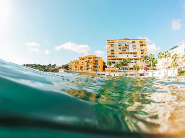 Belle vue de l'eau de mer bleue près du rivage