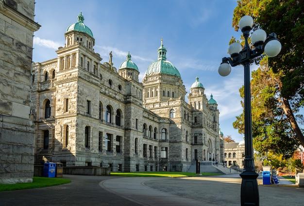 Belle vue sur les édifices du parlement de la colombie-britannique à victoria, canada