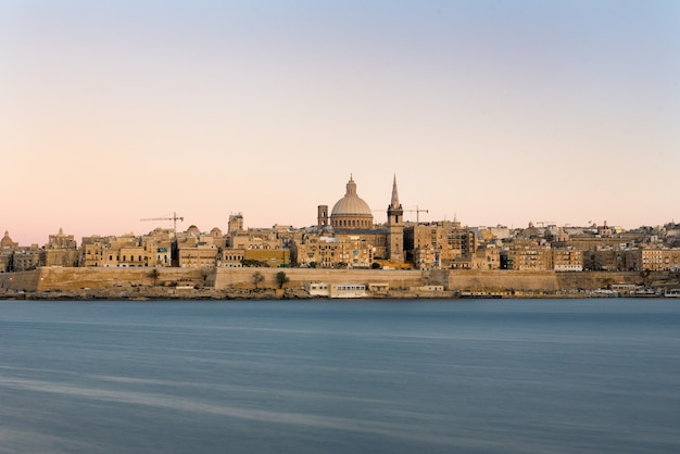 Belle vue sur une église au bord de l'océan capturée à malte