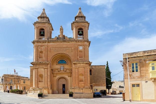 La belle vue d'une église paroissiale catholique romaine sur fond de ciel bleu.