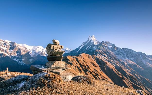 Belle vue d'empiler la pierre et le mont fishtail, népal.