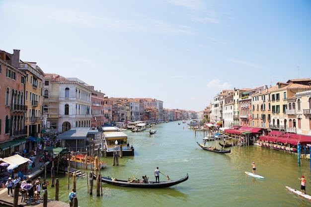 Belle vue ensoleillée sur les canaux de venise, italie