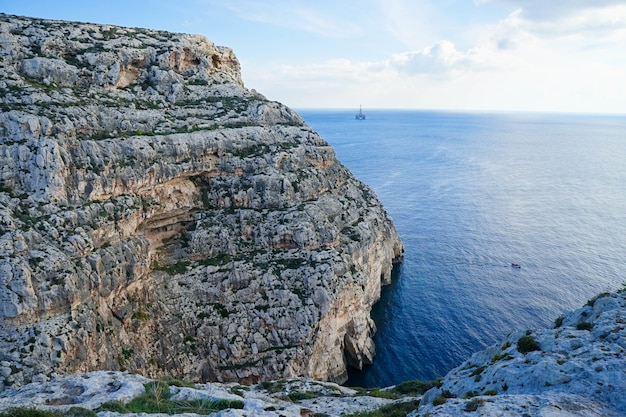 Belle vue sur la falaise de la côte de malte