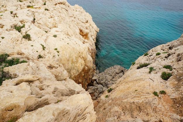 Belle vue sur la falaise près du rivage d'un océan calme par une journée ensoleillée