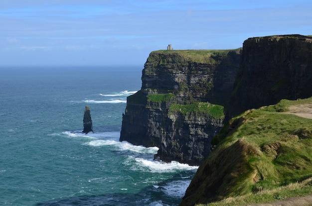 Belle vue sur les falaises de moher dans le comté de clare en irlande.