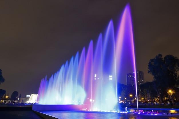 Belle vue sur une fontaine d'eau colorée, à l'intérieur du circuit d'eau magique de lima.