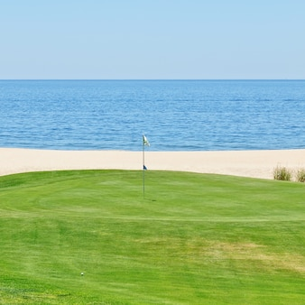 Belle vue sur le golf jusqu'à la mer. portugal, algarve.