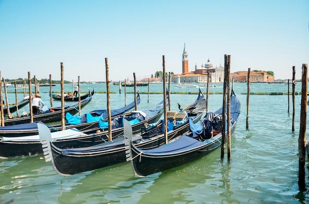 Belle vue sur la gondole traditionnelle sur le canal grande