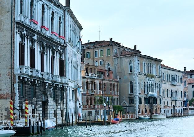 Belle vue sur le grand canal vénitien d'été, venise, italie