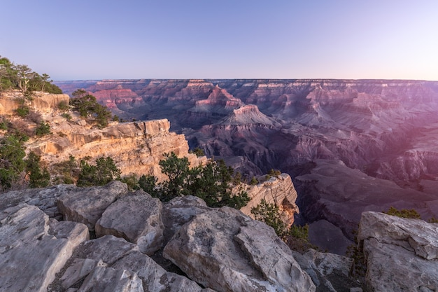 Belle vue sur le grand canyon à la lumière du soleil levant