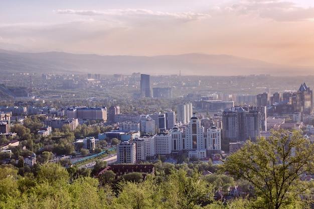 Belle vue sur la grande ville dans les montagnes au coucher du soleil