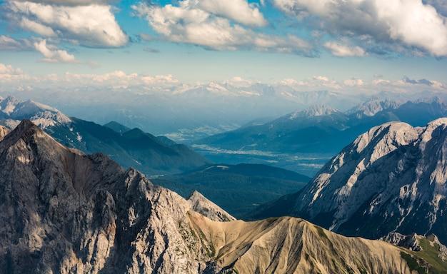 Belle vue sur les hautes montagnes et les collines