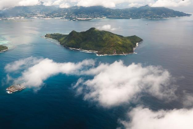 Belle vue sur une île tropicale dans l'océan indien