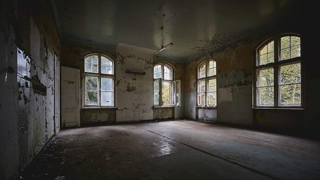Belle vue sur l'intérieur d'un ancien bâtiment abandonné