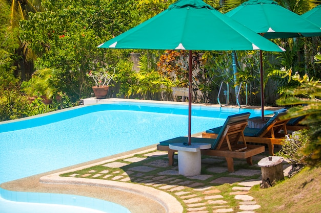 Belle vue sur le jardin et la piscine dans un petit hôtel confortable